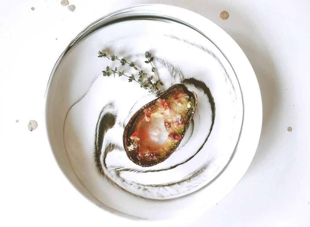 Emplatado de aguacate al horno con jamón ibérico